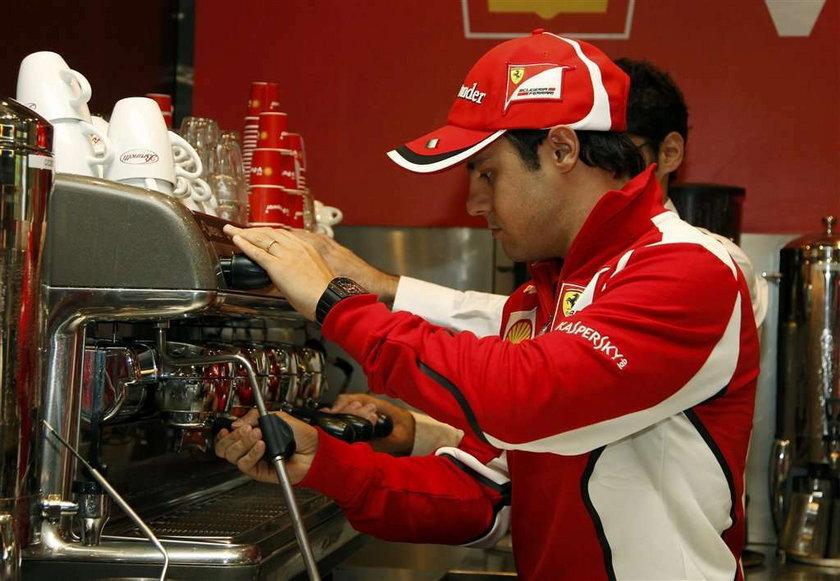 Felipe Massa robi kawę kibicom