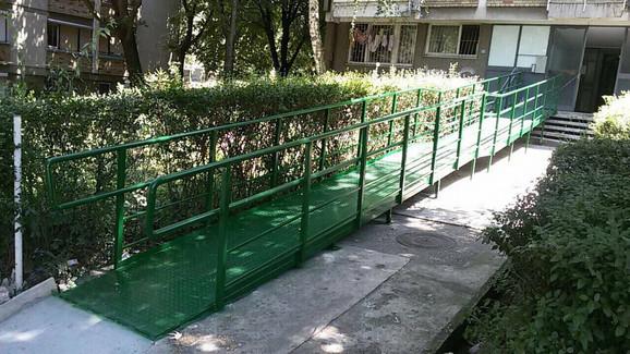 Rampa za invalide postavljena ispred zgrade u Rakovici