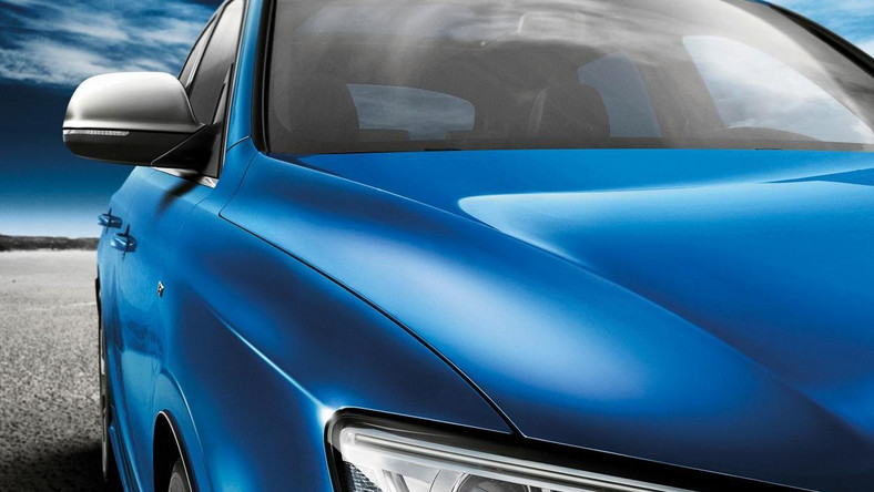Przy okazji dwudziestoczterogodzinnego wyścigu Le Mans, Audi zaprezentowało najnowszy model serii Q5 - Audi SQ5 TDI. Widlasty sześciocylindrowy silnik 3.0 TDI z podwójnym turbodoładowaniem produkuje 313 KM, a jego maksymalny moment obrotowy wynosi 650 Nm i jest dostępny od 1450 do 2800 obr/min. Pod karoserią pracują m.in. system Start-Stop, ośmiobiegowa skrzynia tiptronic i stały napęd na cztery koła quattro z selektywnym rozdziałem napędu na poszczególne koła. Możliwości? SQ5 TDI przyspiesza od 0 do 100 km/h w 5,1 s. Prędkość maksymalna - 250 km/h. Spalanie - średnio 7,2 l na 100 km. Teraz producent pochwalił się prototypowym SQ5 TDI Audi exclusive concept...