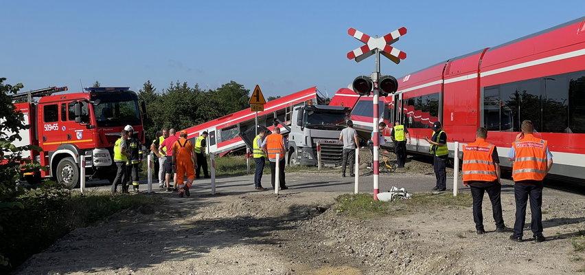 Ciężarówka zderzyła się z pociągiem w Kołbaskowie. Ewakuowano 39 osób