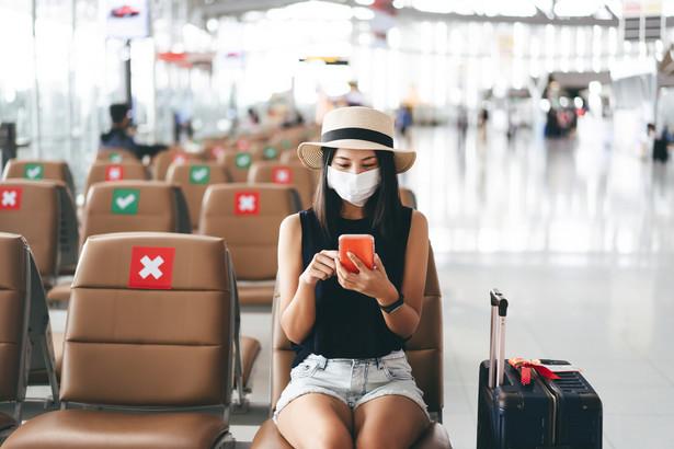 Wraz z nasileniem się piątej fali pandemii w Hiszpanii liczne organizacje medyczne sugerują, aby przestrzegać restrykcji i ograniczać możliwość wejścia do lokali osób niezaszczepionych lub nieposiadających ważnych testów.