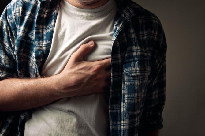 Jedan od najčešćih razloga zašto se javljamo lekaru opšte prakse jeste bol u grudima. Žale se pacijenti od 17 do 107 godina, a svako prvo pomisli na infarkt. Međutim, postoji mnogo uzroka ovog bola