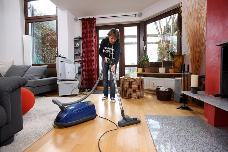 žena čisti kuću01 foto profimedia
