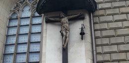Profanacja w centrum Krakowa. 23-latek zdewastowałzabytkowy krzyż
