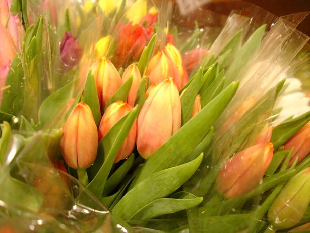 Firma, która zakupi upominki i kwiaty na Dzień Kobiet może ten wydatek zaliczyć w koszty podatkowe. fot. sxc.hu