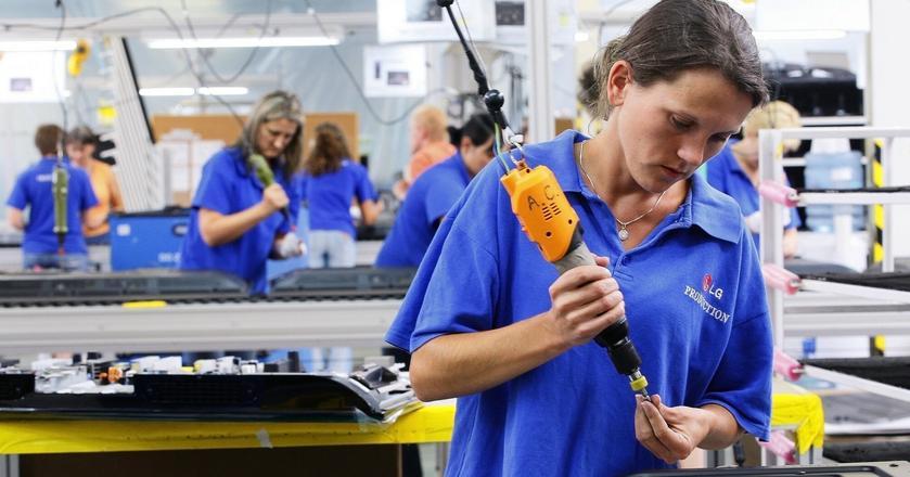 Aktywność zawodowa kobiet spada, jednak ministerstwo nie przewiduje zmian