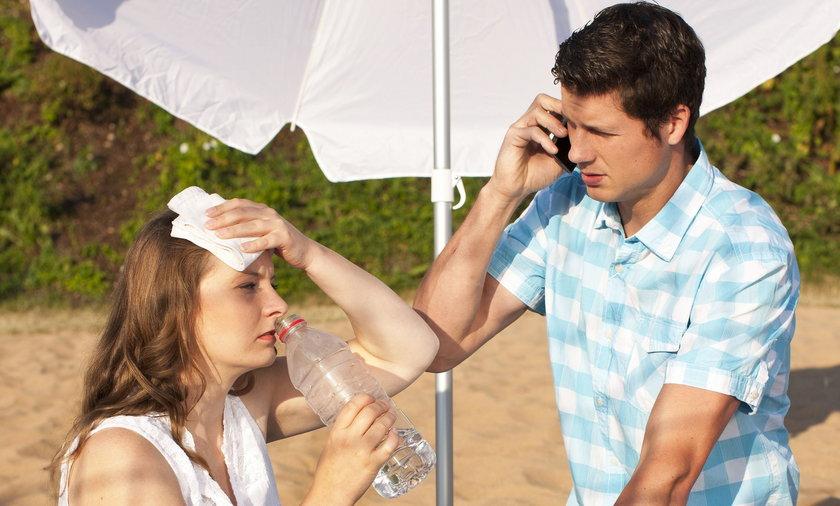 Osobie z osłabieniem słonecznym lub udarem nie podawaj lodowatej wody. Wolniej się wchłania, może też wywołać wymioty.