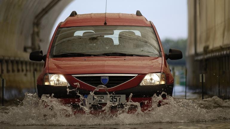 Samochód to nie amfibia! Radzimy: Co zrobić z zalanym autem?
