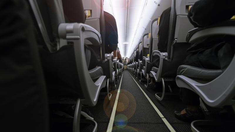 Komu należy się podłokietnik w samolocie?