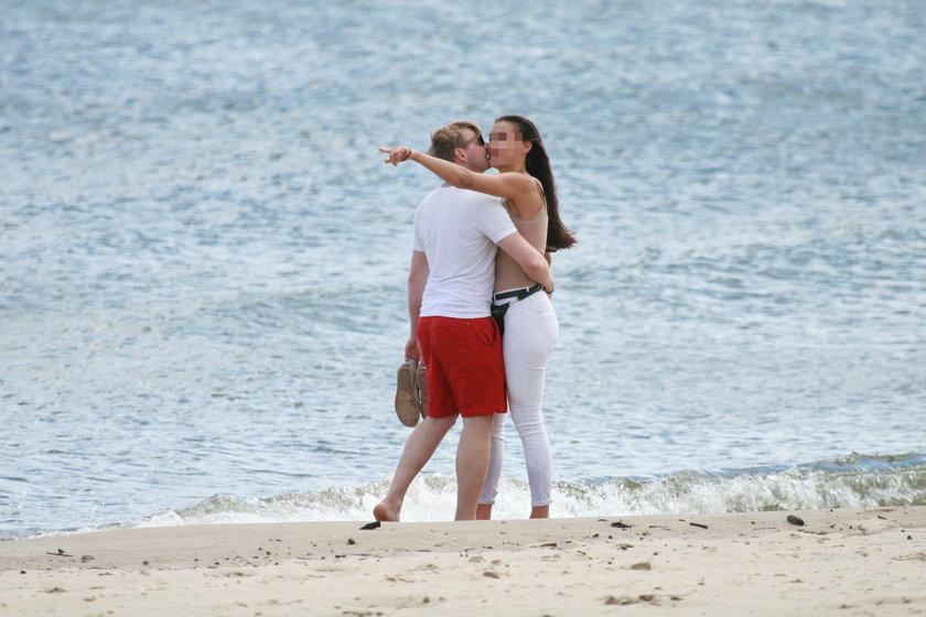 Rafał Zawierucha z dziewczyną na plaży w Sopocie