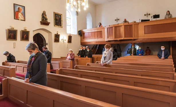Kościół msza ludzie w maseczkach dystans