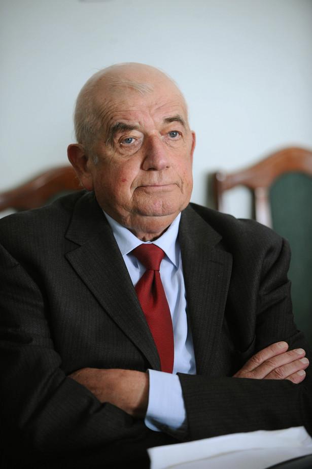 Prof. Zbigniew Religa został przesłuchany jako świadek w śledztwie dotyczącym wpisania na listę leków refundowanych iwabradyny. Fot. PAP