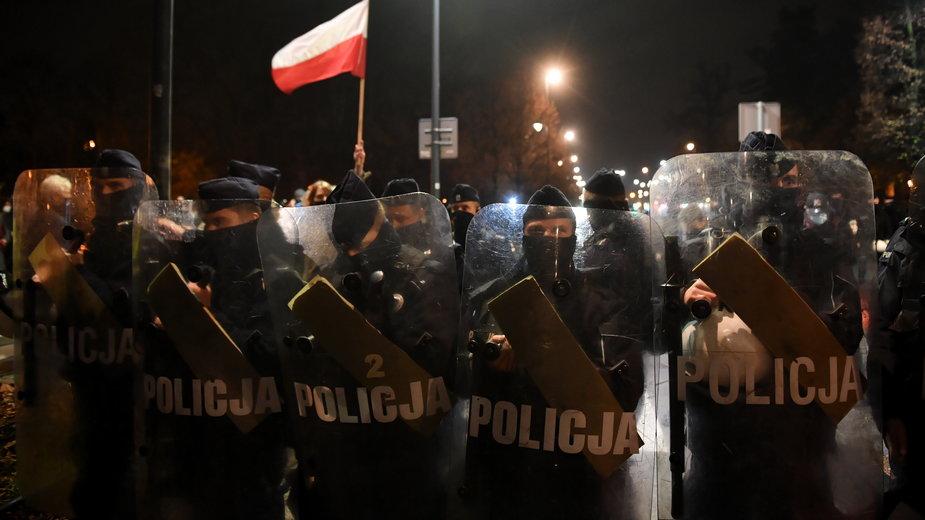 Policja ochraniająca Sejm przed protestującymi z Ogólnopolskiego Strajku Kobiet w Warszawie