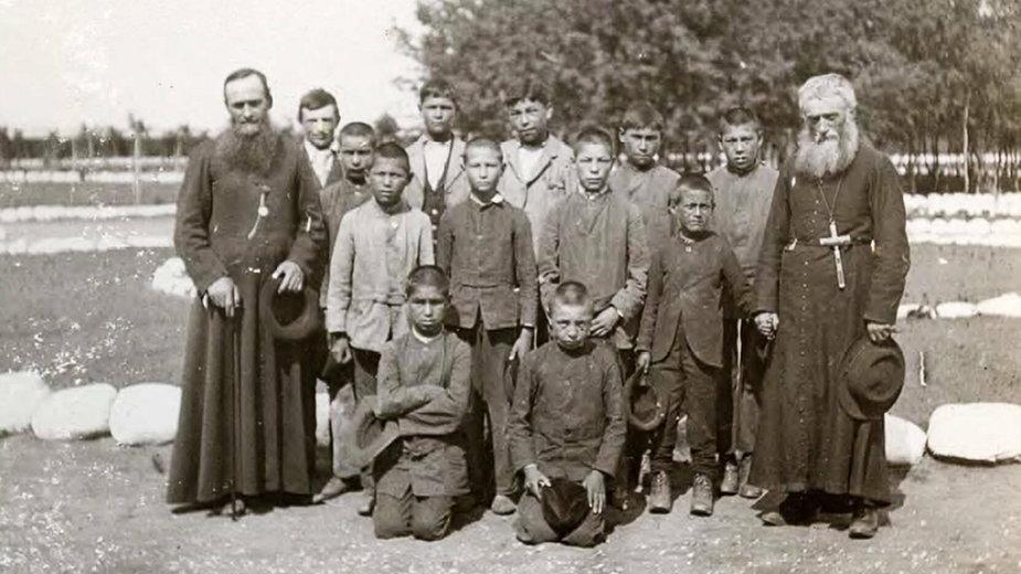 Historyczne zdjęcie z 1900 r. udostępnione przez Archiwum Prowincji Saskatchewan. Przedstawia katolickich księży z uczniami szkoły św. Michała w Duck Lake, na Terytoriach Północno-Zachodnich, obecnie Saskatchewan w Kanadzie - zdj. ilustracyjne