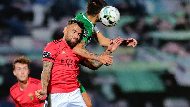Piłkarz Benfiki Nicolas Otamendi (w czerwonej koszulce)