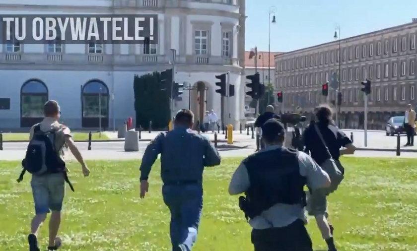 Mężczyzna po wejściu na pomnik uciekał przed policją.