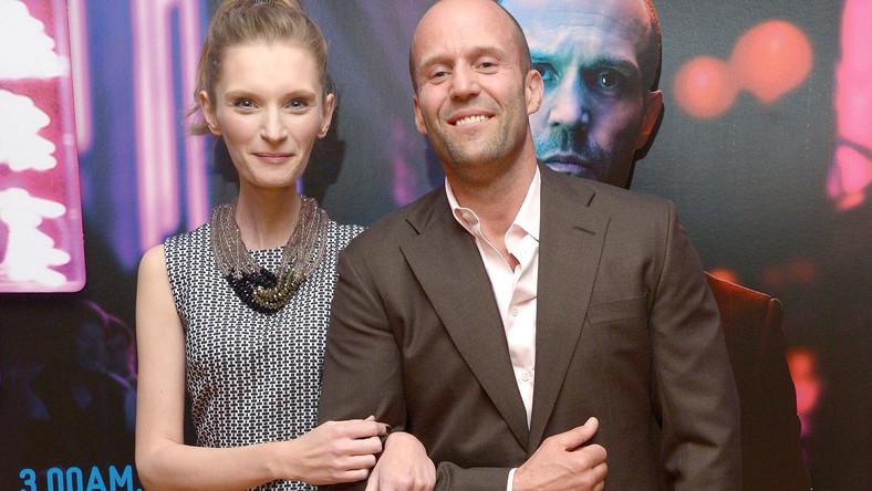 """Dwuczęściowy kostium: góra bez rękawów i spodnie ze zwężonymi nogawkami niepokojąco podkreślił szczupłą figurę, w chwili, gdy pozowała z aktorem Jasonem Stathamem (odtwórcą głównej męskiej roli)"""" – napisał """"Daily Mail"""""""