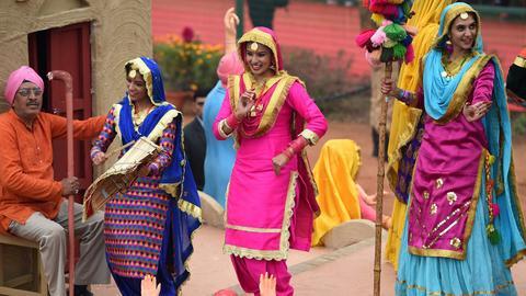 Indyjscy artyści z północnej części stanu Pendżab występują z okazji Dnia Republiki (Republic Day)