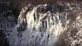 Zamarznięte Jeziora Plitwickie w Chorwacji. Turyści rzadko widzą je w zimowej szacie