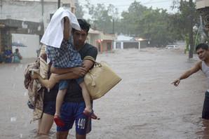 BUJIČNI POTOCI NOSE AUTOMOBILE Vanredno stanje u Meksiku zbog poplava, troje mrtvih (VIDEO)
