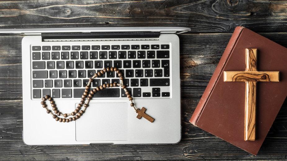Uczniowie wypisują się z religii, ksiądz straszy rodziców piekłem