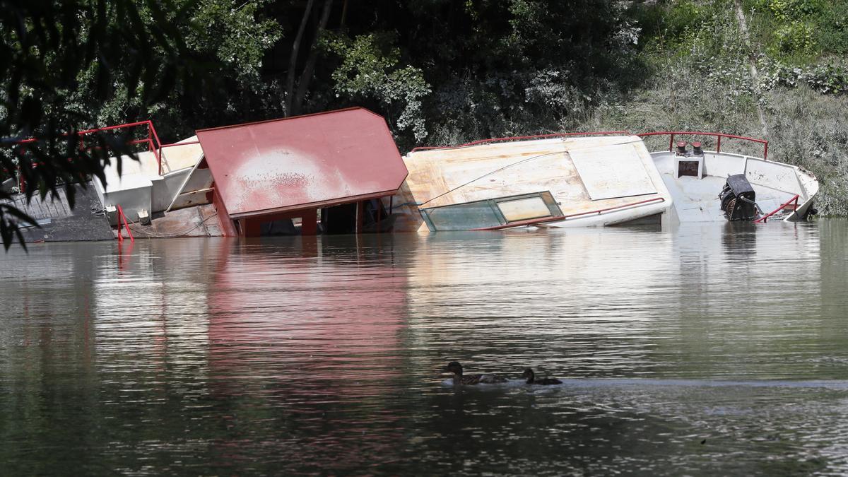 Az oldalán vesztegel egy elsüllyedt hajó a Hajógyári-szigeten