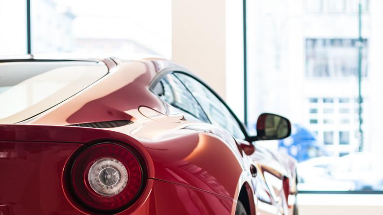 Reaktywacja słynnej włoskiej marki w stolicy. Salon Ferrari Warszawa ponownie rusza ze sprzedażą ekskluzywnych samochodów. Sportowe auta ponownie można zamawiać i podziwiać w dawnym gmachu Komitetu Centralnego Polskiej Zjednoczonej Partii Robotniczej przy ul. Nowy Świat 6/12 w Warszawie. Adres bez zmian, nowy jest za to właściciel.