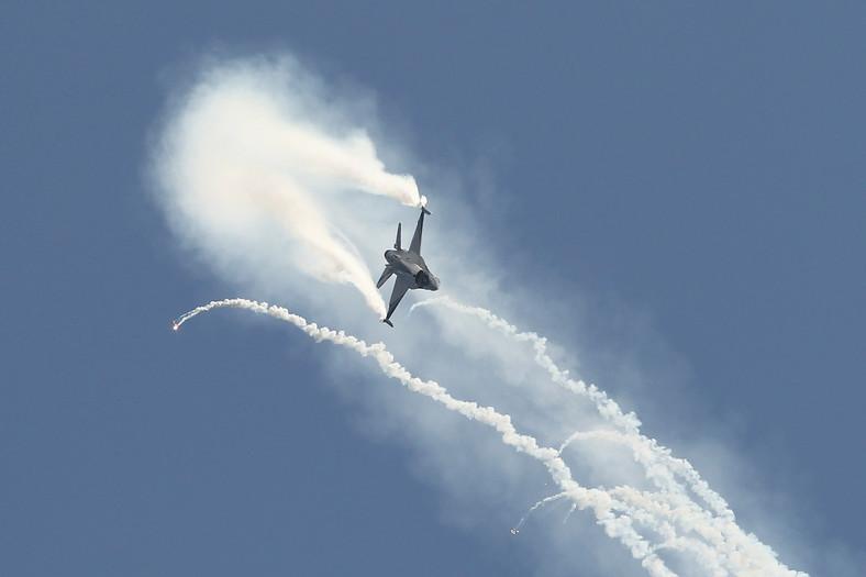 Pokaz manewrów w wykonaniu pilotów F-16