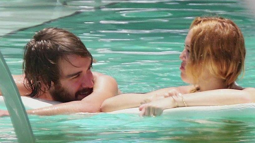 Miley Cyrus z przyjacielem w basenie