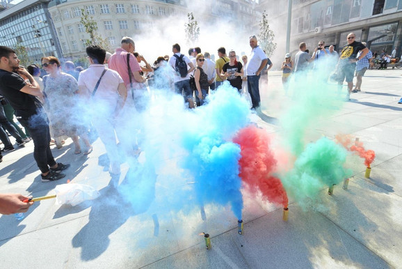 Protestanti palili dimne baklje