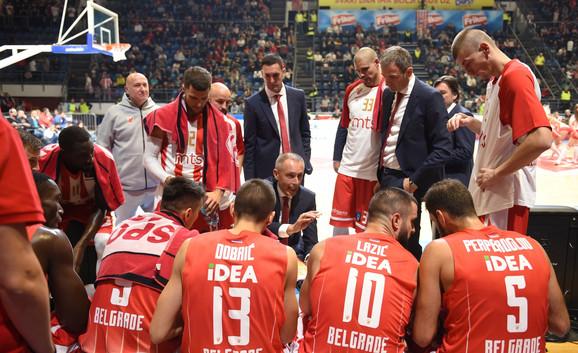 Dogovor košarkaša Zvezde sa trenerom Tomićem pred završne minute