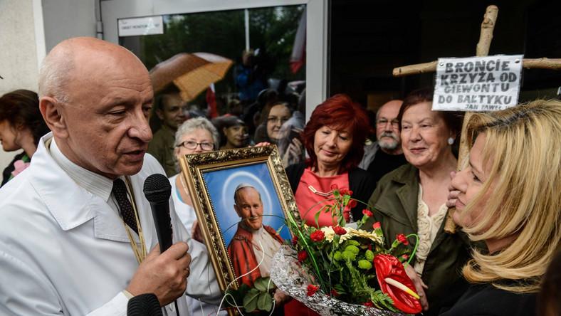 Pof. Bohdan Chazan wśród swoich obrońców przed szpitalem Świętej Rodziny w Warszawie