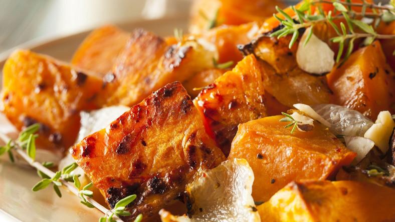 Oprócz nazwy słodkie ziemniaki mają niewiele wspólnego z ziemniakami, które królują w naszej kuchni. Bataty pochodzą z Ameryki. Po ugotowaniu są miękkie i sypkie. Najlepiej smakują w zapiekankach lub zupie. Można z nich przygotować również ciasto i desery