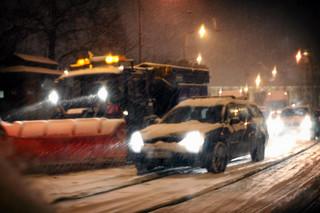 Intensywne opady śniegu. Utrudnienia na drogach, awarie na kolei. Tysiące domów bez prądu
