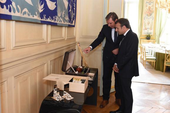 Pokloni koje su razmenili Vučić i Makron