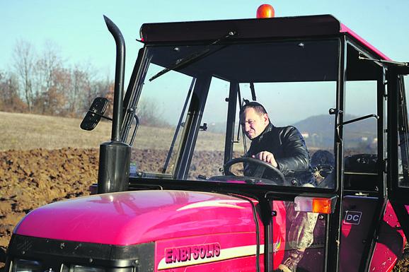 DALEKO OD GRADSKE VREVE Nenad Jezdić je napustio Beograd, na selu pravi rakiju, vozi traktor i obrađuje zemlju