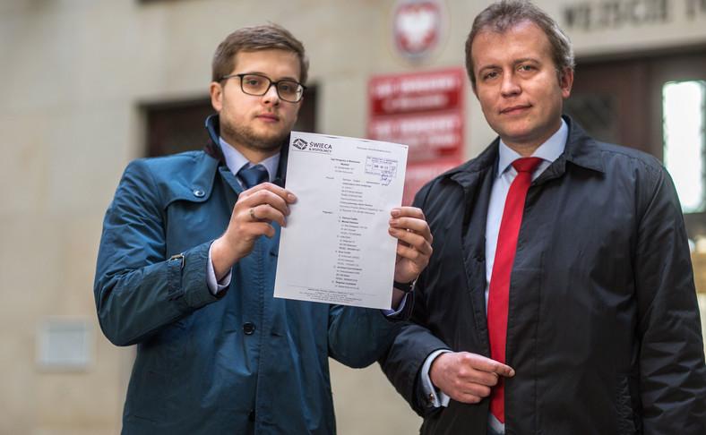 Prezes stowarzyszenia StopVW.pl, mecenas Jacek Świeca (P) oraz mecenas Konrad Kacprzak