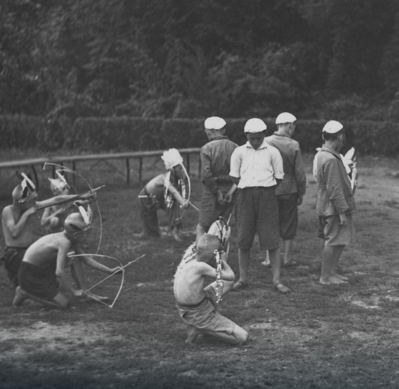 Na tym zdjęciu z półkolonii dla ubogich warszawiaków z 1936 roku dzieci tylko bawią się w zabijanie. Niestety czasem jeden nieletni likwidował drugiego i to w sposób bardzo brutalny