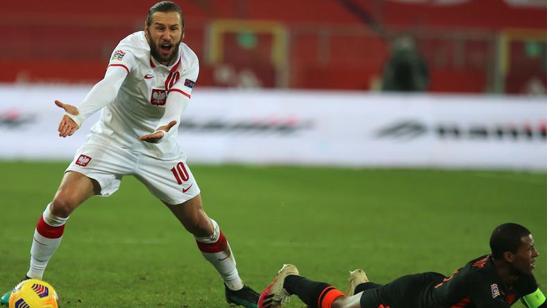 Grzegorz Krychowiak (L) i Georginio Wijnaldum (P) z Holandii podczas meczu grupy A1 piłkarskiej Ligi Narodów w Chorzowie