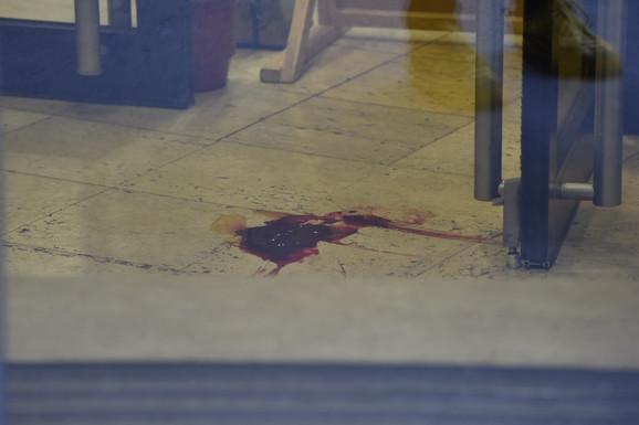 Lokva krvi ispred vrata