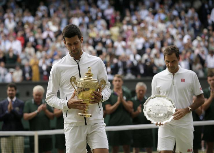 Novak Đoković i Rodžer Federer nakon finala Vimbldona 2019. godine