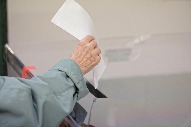 65-letnia Danilecka-Wojewódzka nie należy do żadnej partii. W wyborach startowała z komitetu wyborczego utworzonego wspólnie z Robertem Biedroniem, obecnym prezydentem Słupska.