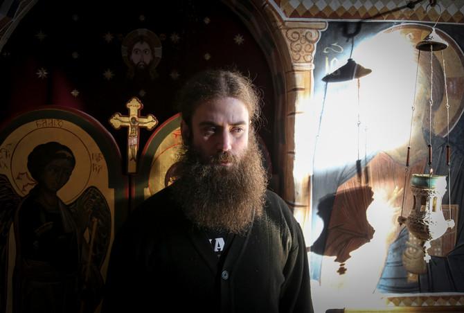 Shvatili smo da nemamo pravo da zarad našeg monaškog mira i života zanemarimo potrebe naroda, kaže jeromonah Petar