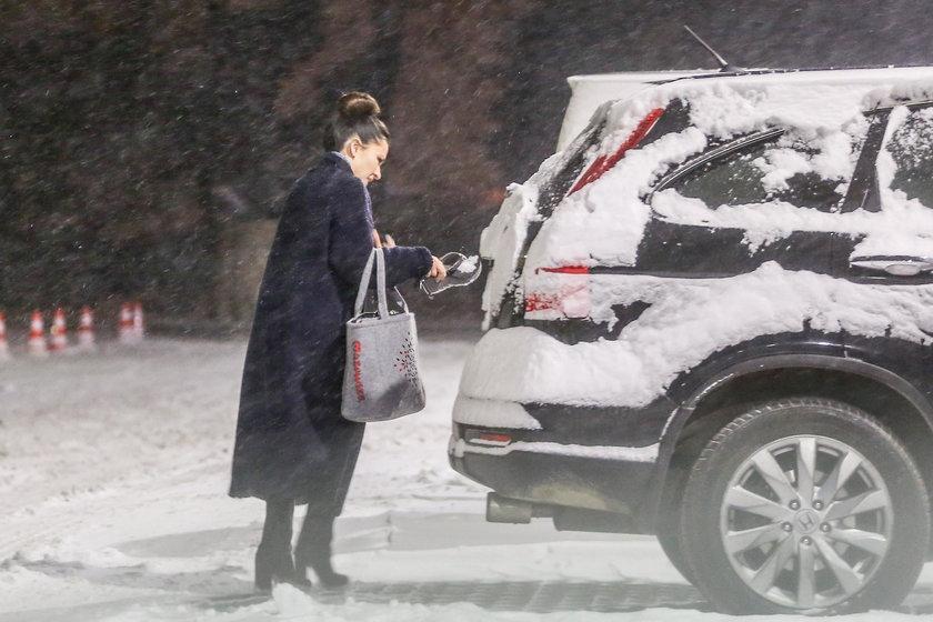 Beata Tadla odśnieża auto butem
