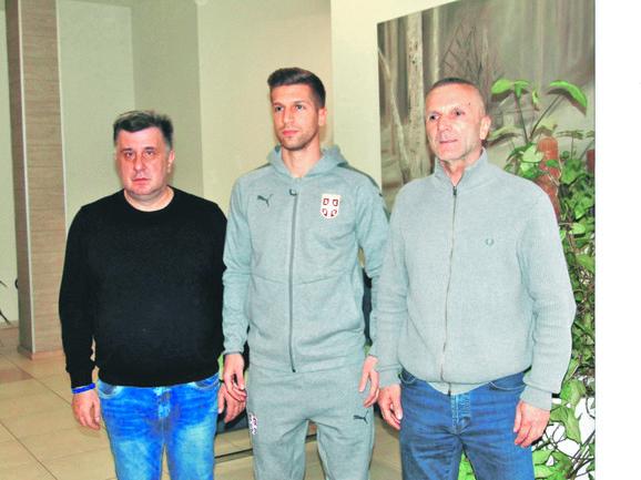Matija Nastasić sa ocem Markom (desno) i gradonačelnikom Valjeva Slobodanom Gvozdenovićem