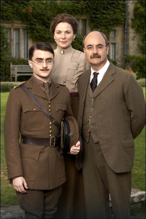 """Pozorišni komad """"Moj sin Džek"""", koji opisuje odnos između Kiplinga i njegovog sina, adaptiran je za televiziju: Dejvid Hejg, koji je i napisao komad, glumi Kiplinga, a Danijel Redklif njegovog sina Džona"""