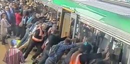 Ludzie przechylili pociąg, by uwolnić nogę pasażera!