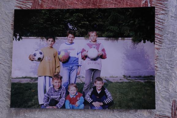 Milan Pavkov među drugarima, kao klinac, dok je tek počinjao da igra fudbal