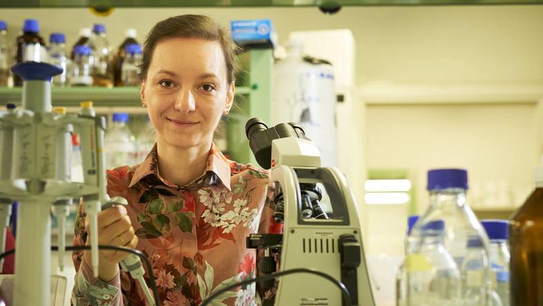 Dr Anna Golda, biolożka z Zakładu Mikrobiologii Wydziału Biochemii, Biofizyki i Biotechnologii Uniwersytetu Jagiellońskiego