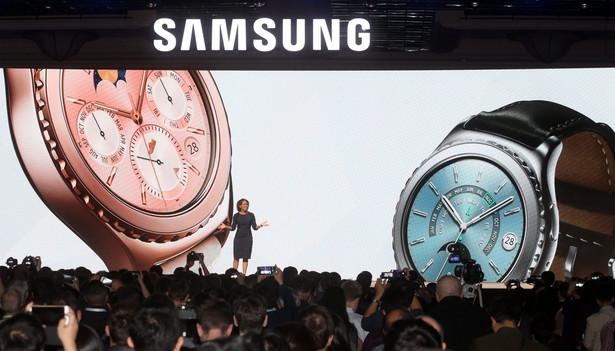 Firma Samsung podczas targów CES 2016 poinformowała o wprowadzeniu do oferty rynkowej dwie nowe, eleganckie edycje smartwatcha Gear S2 Classic - w kopertach 18 K Rose Gold i Platinum. Nowy Gear S2 Classic będzie obsługiwał technologię NFC z możliwością dostępu do platformy Samsung Pay, która będzie dostępna dla użytkowników Gear S2 na początku tego roku, najpierw w Stanach Zjednoczonych. FOT: Samsung Gear S2 Classic, EPA/YONHAP SOUTH KOREA OUT Dostawca: PAP/EPA.